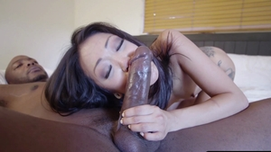 Tattooed Mandy Muse & Amber Ivy deepthroat porn